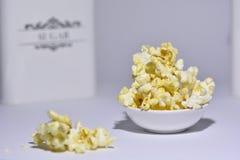 Popcorn στο υπόβαθρο μορίων στοκ φωτογραφίες με δικαίωμα ελεύθερης χρήσης