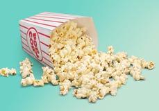 Popcorn τρόφιμα στο κιβώτιο στο υπόβαθρο στοκ φωτογραφία με δικαίωμα ελεύθερης χρήσης