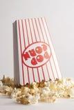 Popcorn χύσιμο Στοκ φωτογραφία με δικαίωμα ελεύθερης χρήσης