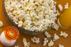 Popcorn 2_3. Bowl of freshly made popcorn and juice served on table Stock Photo