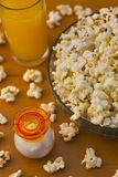 Popcorn 2_6. Bowl of freshly made popcorn and juice served on table Royalty Free Stock Image