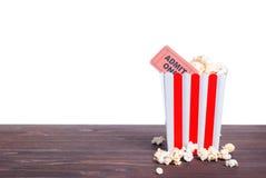 Popcorn εισιτήρια κινηματογράφων μια πλάγια όψη της μόνωσης Στοκ εικόνα με δικαίωμα ελεύθερης χρήσης
