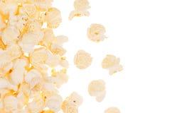 Popcorn als decoratief kader met vliegend die graan, met exemplaarruimte wordt geïsoleerd Royalty-vrije Stock Foto
