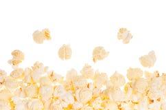 Popcorn als dekorativer Rahmen mit dem Fliegenmais, lokalisiert, mit Kopienraum Stockfotografie