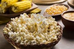 Popcorn appena fatto su una tavola Pipoca Immagini Stock Libere da Diritti