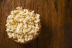 Popcorn appena fatto su una tavola Pipoca Fotografia Stock