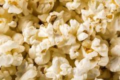 Popcorn appena fatto su una tavola Pipoca Fotografie Stock