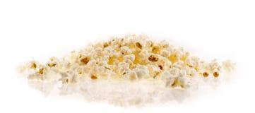 Popcorn auf dem weißen Hintergrund Lizenzfreie Stockfotos