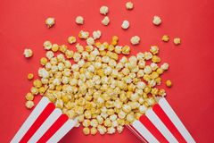 Popcorn auf einer Draufsicht des roten Hintergrundes im Kino stockfotos
