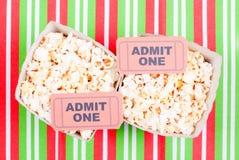 Popcorn auf Film etikettiert Tischplattenansicht Stockbild