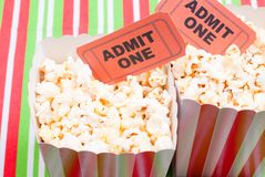Popcorn auf Film etikettiert Tischplattenansicht Stockfotos