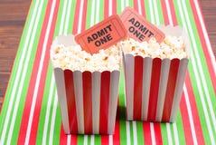 Popcorn auf Film etikettiert Tischplattenansicht Lizenzfreies Stockfoto