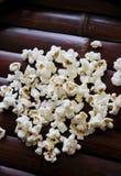 Popcorn auf hölzernem Umhüllungsbehälter Stockfoto