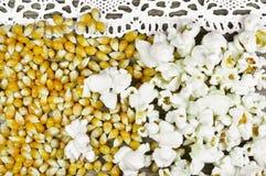 Popcorn auf Holztisch lizenzfreie stockbilder