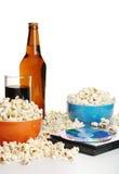 Popcorn, bibita analcolica, birra e DVD immagine stock
