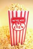 Popcorn bij de Films Royalty-vrije Stock Afbeeldingen