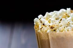 Popcorn in bio- borsa ecologica di carta Immagini Stock