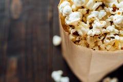 Popcorn in bio- borsa ecologica di carta Fotografia Stock