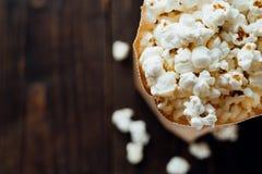 Popcorn in bio- borsa ecologica di carta Immagine Stock Libera da Diritti