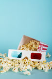 Popcorn bucket against a blue background Royalty Free Stock Photos
