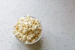 Popcorn caldo fresco in ciotola di vetro pronta ad essere mangiato Disposizione piana, vista superiore, spazio della copia immagini stock libere da diritti