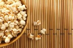 Popcorn in ciotola e nel fondo diffondersi Fotografie Stock