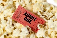 Popcorn con la fine rossa del biglietto su Immagini Stock Libere da Diritti