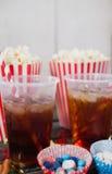 Popcorn, confetteria e bevanda con il tema del 4 luglio Fotografia Stock