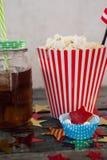 Popcorn, confetteria e bevanda con il tema del 4 luglio Immagini Stock