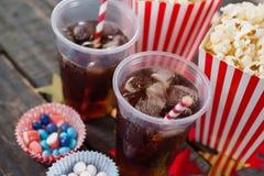Popcorn, confetteria e bevanda con il tema del 4 luglio Immagine Stock