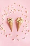 Popcorn in coni gelati su fondo rosa Vista superiore Fotografie Stock