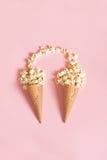 Popcorn in coni gelati su fondo rosa Vista superiore Fotografia Stock Libera da Diritti