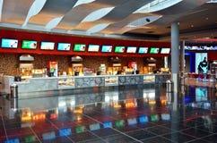 Popcorn d'acquisto alla città del cinema Immagini Stock Libere da Diritti