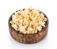 Popcorn in de houten die kom op een witte achtergrond wordt geïsoleerd Stock Fotografie