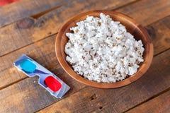 Popcorn in de Houten Kom van Nice en 3D Glazen voor Wathcing-Films O Royalty-vrije Stock Afbeeldingen