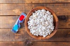 Popcorn in de Houten Kom van Nice en 3D Glazen voor Wathcing-Films O Royalty-vrije Stock Fotografie