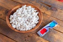 Popcorn in de Houten Kom van Nice en 3D Glazen voor Wathcing-Films O Stock Foto's