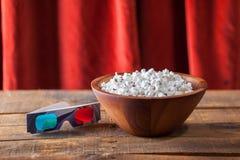 Popcorn in de Houten Kom van Nice en 3D Glazen voor Wathcing-Films O Royalty-vrije Stock Afbeelding