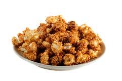 Popcorn del caramello su fondo bianco Fotografie Stock Libere da Diritti
