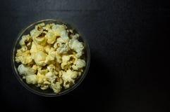 Popcorn del caramello su fondo scuro fotografia stock
