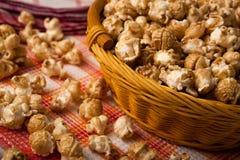 Popcorn del caramello in un canestro su un tovagliolo fotografia stock libera da diritti