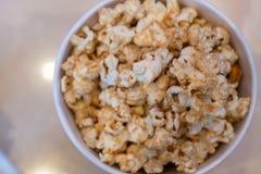 popcorn del cioccolato sul colpo pronto per il servire su tempo di film fotografia stock libera da diritti