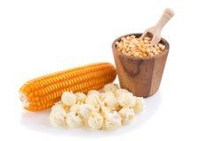 popcorn del primo piano isolato su un fondo bianco Immagine Stock