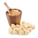 popcorn del primo piano su un fondo bianco Fotografie Stock Libere da Diritti