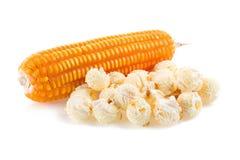 popcorn del primo piano su un fondo bianco Fotografie Stock
