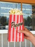 Popcorn an den Filmen Stockfotografie