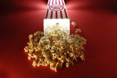 Popcorn an den Filmen Stockbild