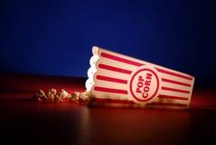 Popcorn an den Filmen Lizenzfreie Stockbilder