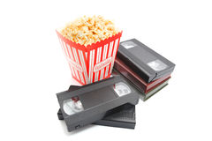 Popcorn in der Kasten- und Videokassette Stockfoto