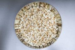 Popcorn in der Metallkreisschüssel Lizenzfreie Stockfotografie